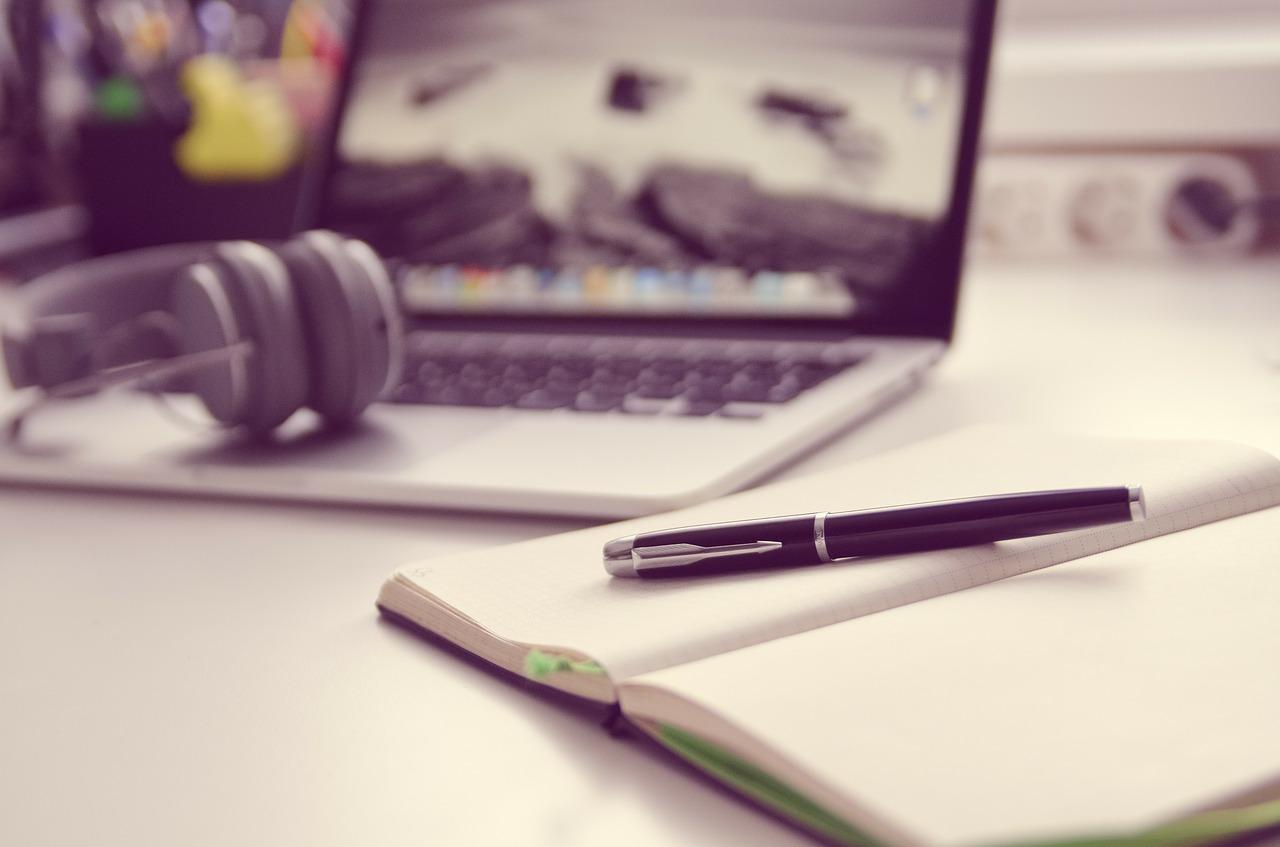 Ноутбук, наушники, тетрадь - набор аудио переводчика