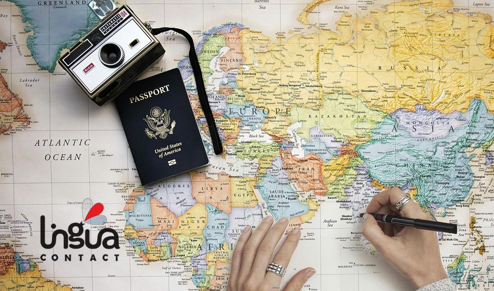 Карта мира, фотоаппарат и паспорт