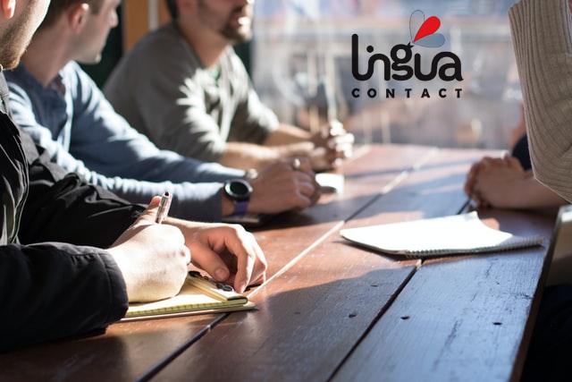 бизнесмены сидят за столом на переговорах