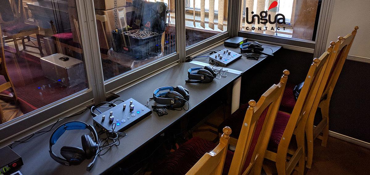 комната с оборудованием для синхронного перевода