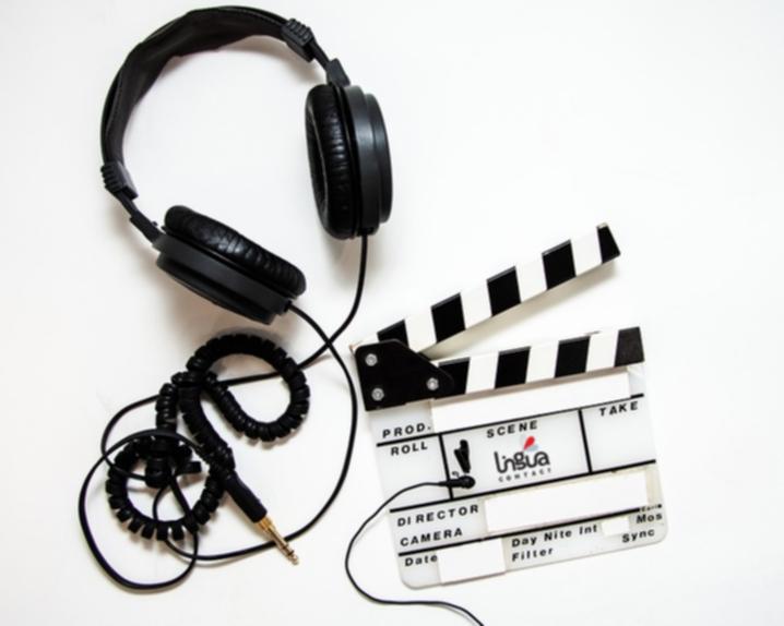 Наушники, микрофон и кинохлопушка