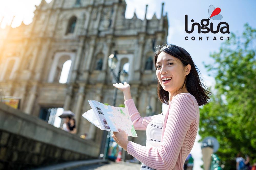 девушка с картой возле собора