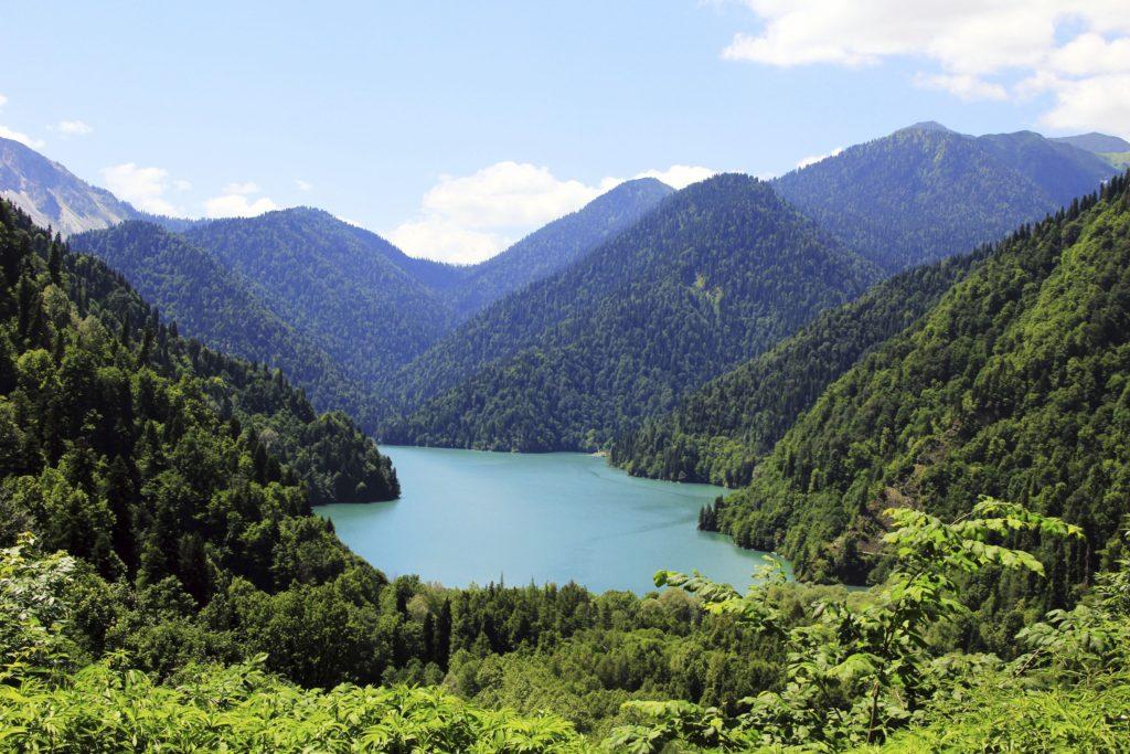 Горы в Абхазии на озере Рица