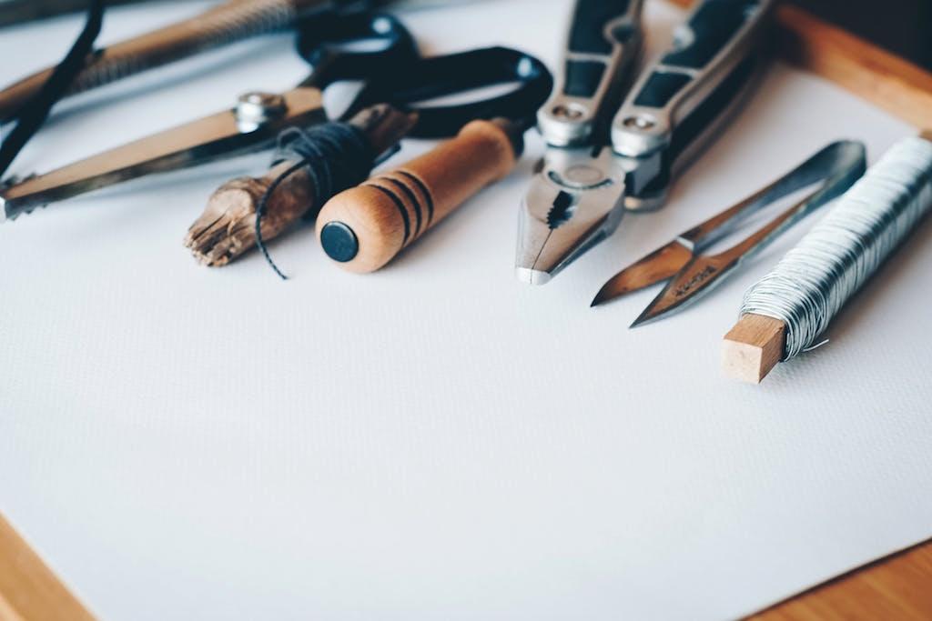 Инструменты на чистом листе бумаги