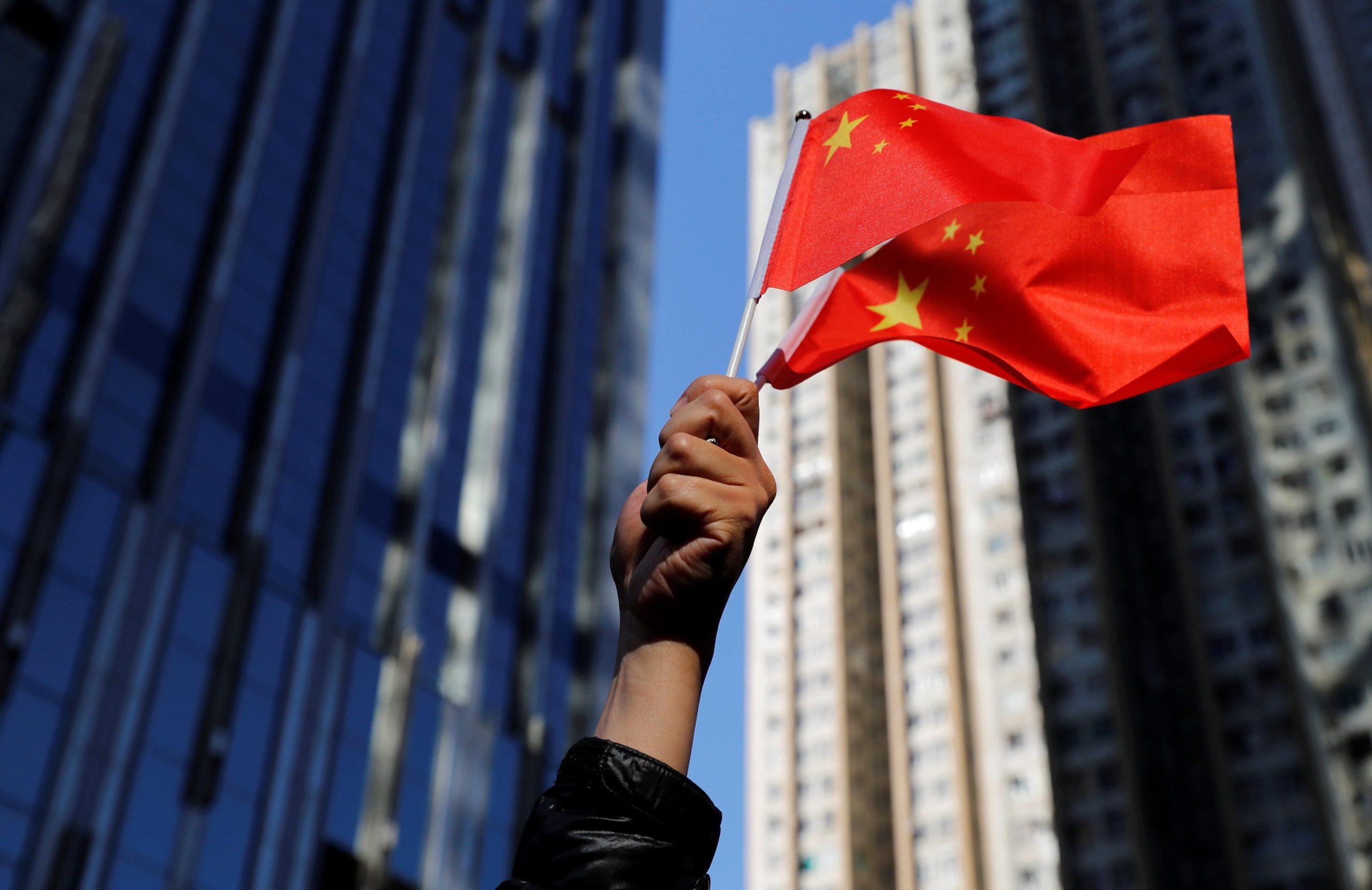 Китайский флаг в руке