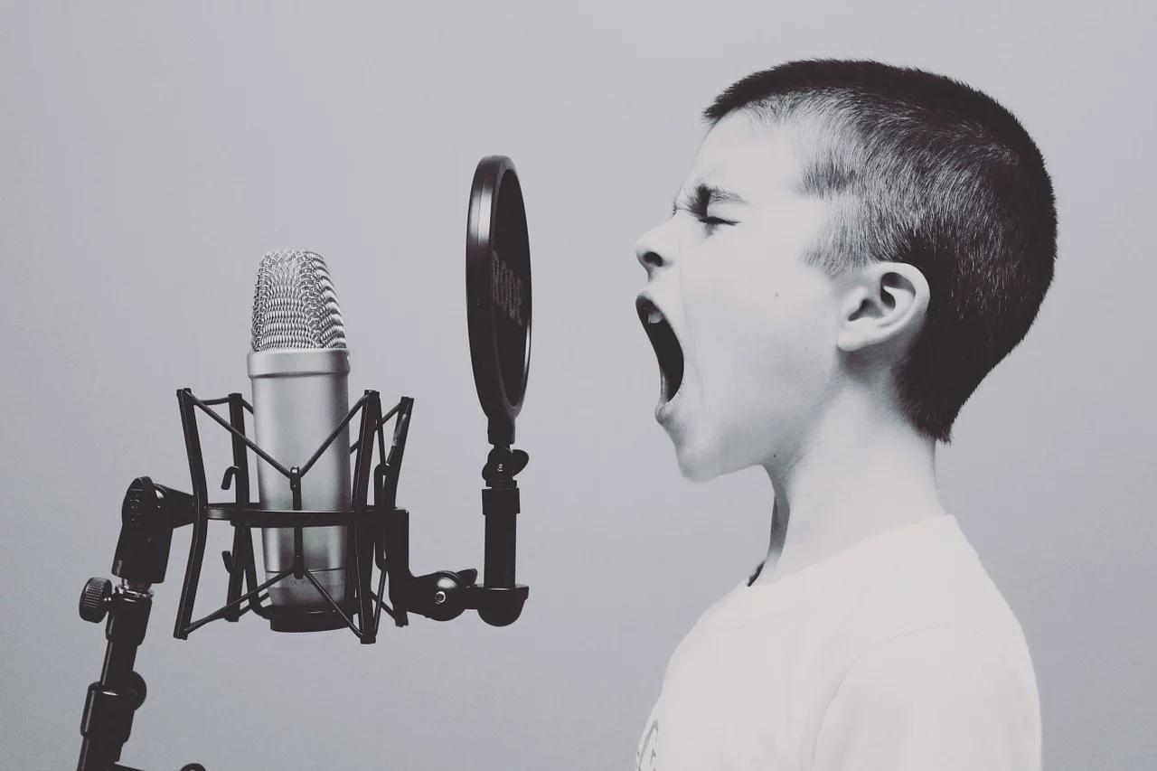 Ребенок у микрофона