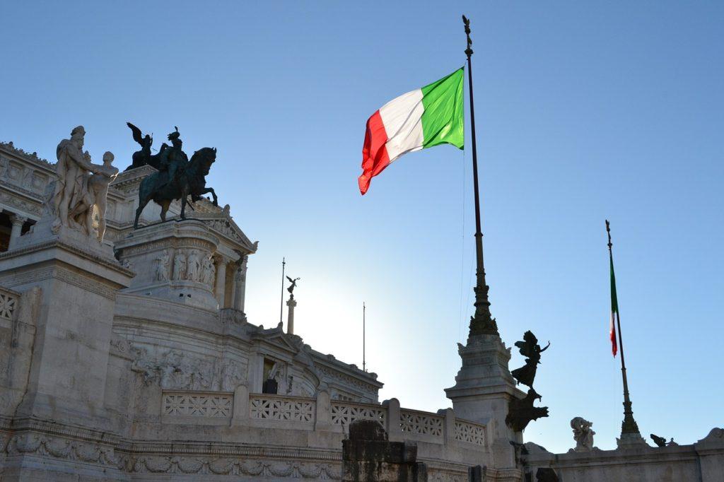Итальянский флаг на фоне здания