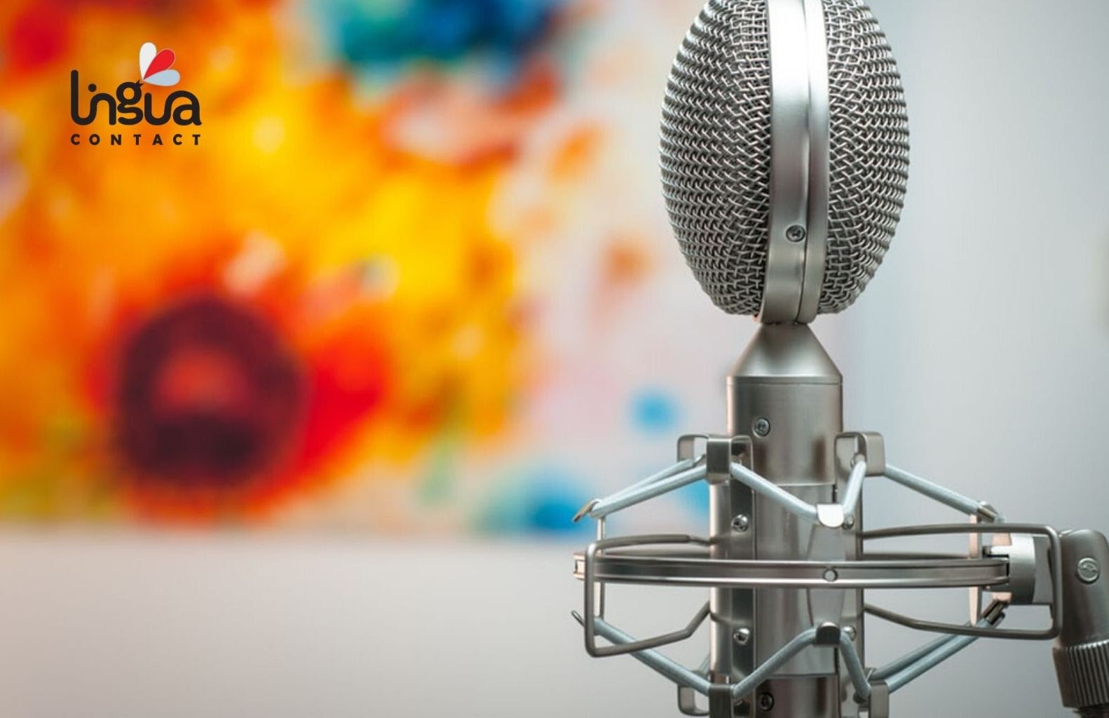 Микрофон на размытом фоне