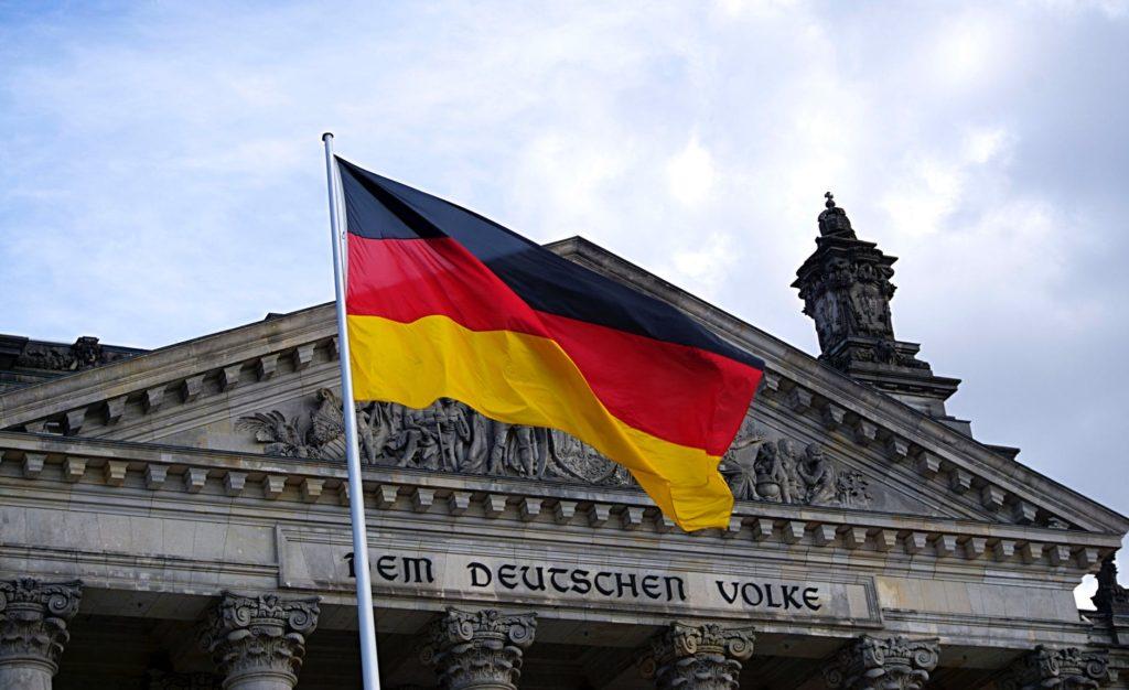 Немецкий флаг на фоне здания